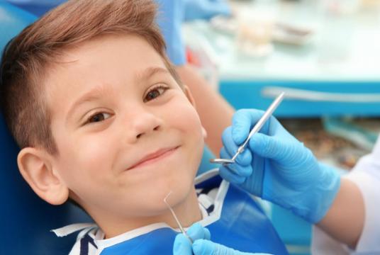 Темный налет на зубах у ребенка – что делать?